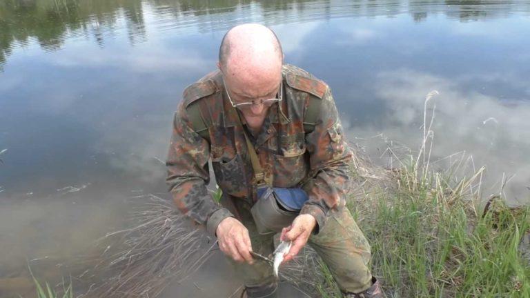 Гельмут Вайссвальд чистит рыбу
