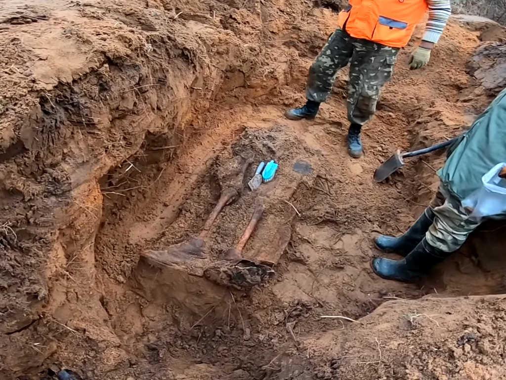 В поиске кладов на вахте памяти в Латвии